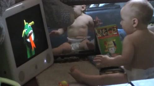 小宝宝看动画片太投入了,怪兽突然吐出舌头,小萌娃竟然被吓哭了