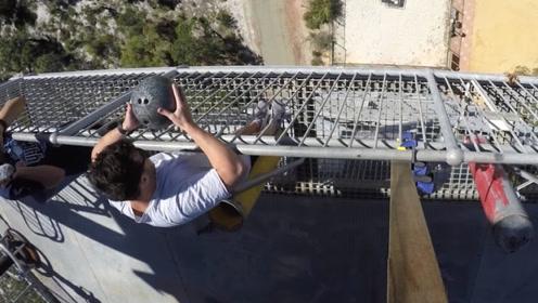 外国小伙将保龄球玩出新高度!把保龄球从高塔上扔下,遇到蹦床会怎样?