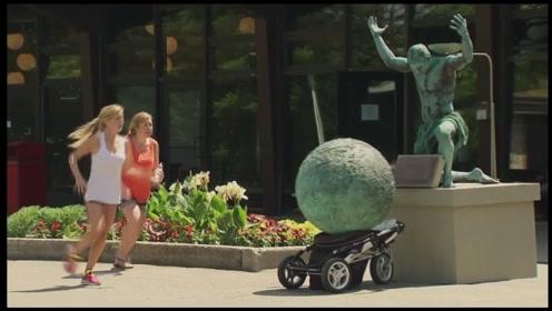 国外最欠揍的恶作剧:男子举起大石砸向婴儿车,路人直接懵了!