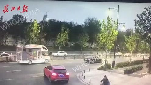 直行没看到转弯的小轿车,擦碰了!