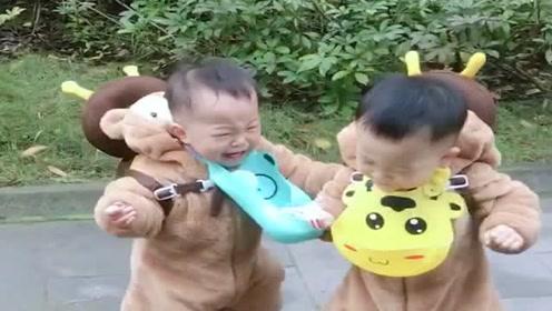 双胞胎宝宝的日常,两个性格截然不同,强势的娃就是很霸道!