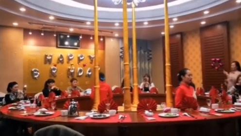 女子酒店庆生视频走红 网友:像演唱会现场