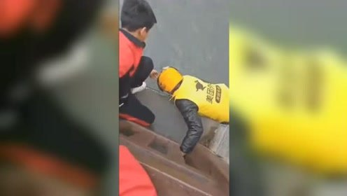 贵州毕节一小学生失足落水 危急时刻外卖小哥生死营救