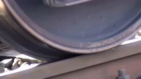 好奇火车为什么跑在铁轨上掉不下来,近距离一看明白了,涨见识