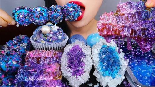 小姐姐吃一桌梦幻的甜食,既有创意又绚丽,集美味和颜值于一身