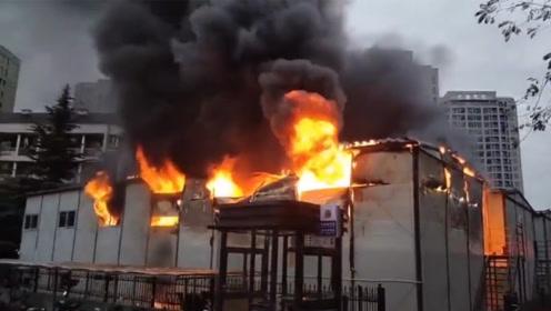 杭州一幢员工宿舍燃起大火 火舌不断从窗口喷出场面吓人