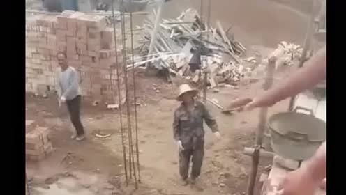 农民工太牛了,一次扔这么多砖都能接住,这搬过多少块才能练出来