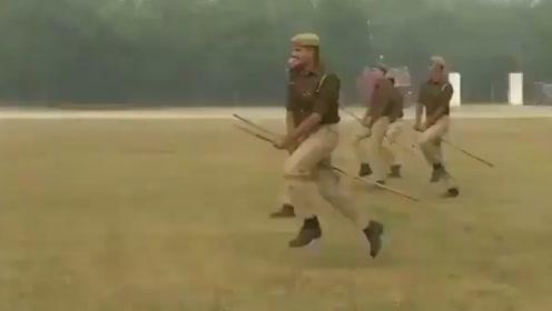 """画面太美 一群印度警察""""骑棍""""飞奔在干啥?"""