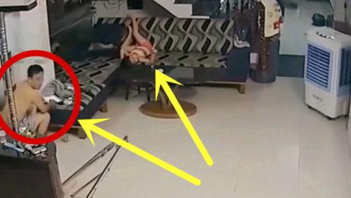 父女俩客厅玩耍,突然不对劲了,监控拍下恶心画面!