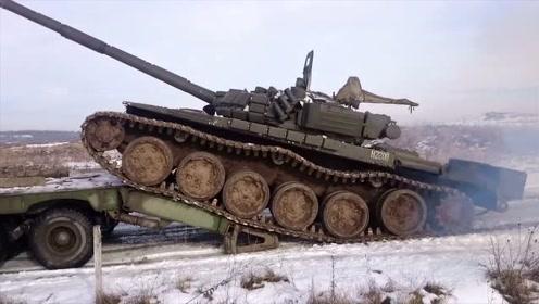 好紧张!俄罗斯士兵开坦克上拖车,司机技术也太烂了,差点没上去
