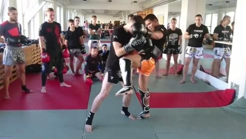 泰拳教练演练防守反击,很随意的几个动作却很实用!