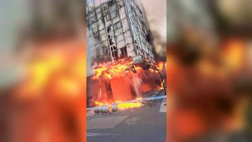 舟山定海一建筑外墙被大火烧毁脱落 下方几辆私家车惨遭波及
