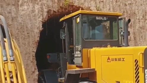 这里的土质真好,铲车司机开进去都没事,网友:盖房子很实用!