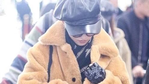 张韶涵真是小个子女生穿搭楷模,焦糖色外套配喇叭裤,显瘦又显高