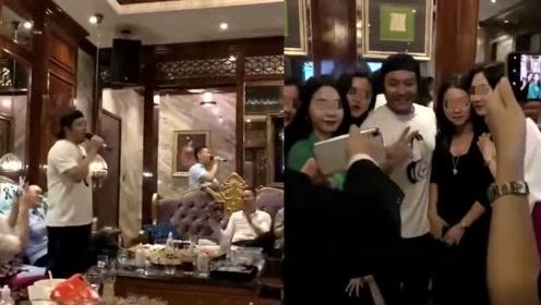 46岁阿杜近照 现身KTV唱歌发福认不出 与美女粉丝合影心情好