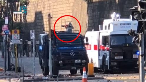 """暴徒听闻港警装甲车上装备""""声波炮""""丧胆 港警公开发声:那是一种广播系统"""