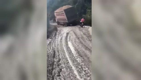 卡车装太多,脚崴了!