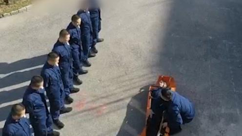 """好尴尬!消防队长被绑成""""粽子""""扮伤员,警铃一响众人扔下他就跑"""