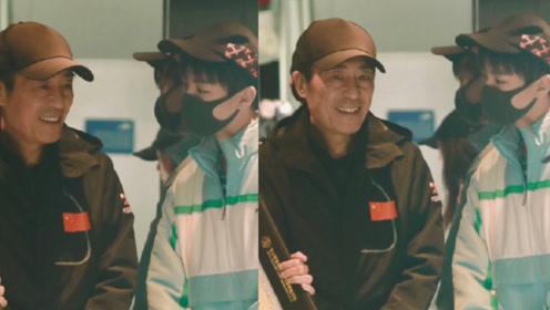 王俊凯机场偶遇张艺谋导演 秒变小可爱聊天毕恭毕敬