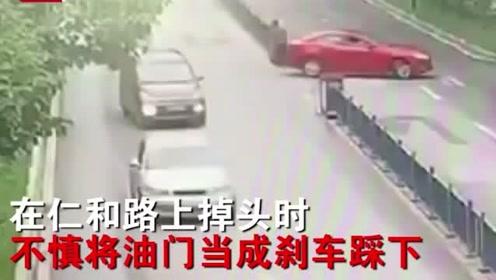 """吓坏路人!四川司机喜提新车上路,油门当刹车上演""""神走位""""车祸"""