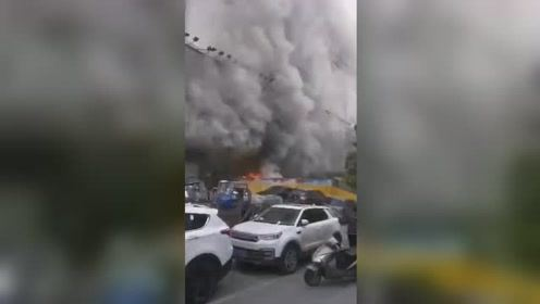 徐州银座商城建筑垃圾起火 浓烟滚滚吞噬整栋大楼
