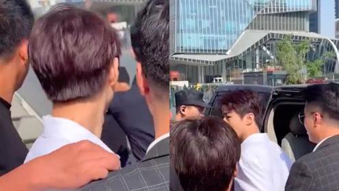 王俊凯遭陌生男子强行搂肩 下意识甩开手满脸问号