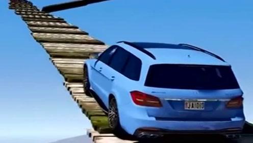 小汽车开足马力,冲上悬空木桥,这画面好酸爽啊!