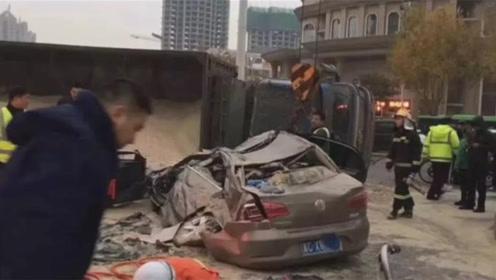 惨烈!秦皇岛一运沙车侧翻压扁轿车 司机被埋沙土中不幸死亡