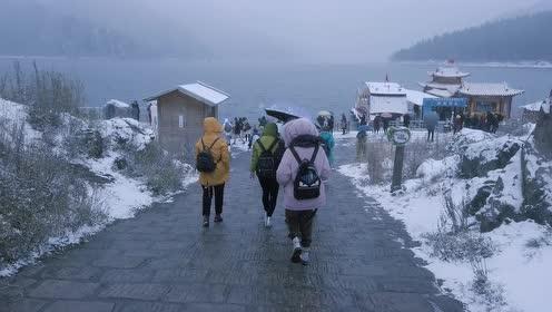 冰雪中的天山天池,云雾茫茫如画,宛若人间仙境