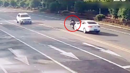 逆行还横穿马路!男子骑摩托车与轿车相撞致严重受伤