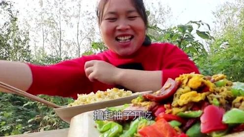 胖妹买了1盒火腿做美食,2斤辣椒下锅呛死人,这菜辣的很过瘾