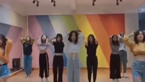 这一群跳着舞蹈的女孩子,你最欣赏谁的舞姿呢