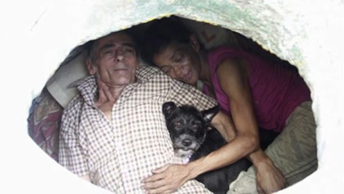 夫妻俩住下水道多年,坚决不搬家,众人进去一看傻眼了!