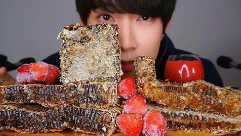 小哥挑战一桌黑蜂蜜,搭配草莓提高颜值,真是低调又优雅!