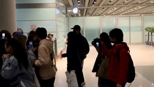 """暖心!李现机场被粉丝疯狂围堵,女粉丝们追着他跑,尖声大喊""""相公"""""""