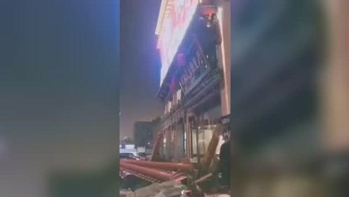 危险!张家口一酒店门头脱落 网友拍视频遭阻拦