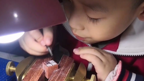 """6岁小小""""雕刻家"""":刀功了得全情投入"""