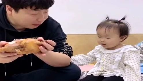 爸爸吃独食,没想到女儿说了这话,太搞笑了!