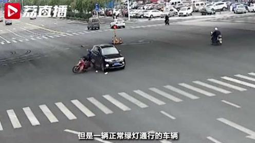闯红灯后却又不走了 摩托车手被撞翻还要担全责