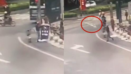"""任性?宜宾一男子驾车路过觉得警示牌""""碍眼"""",撕毁后扔马路中"""