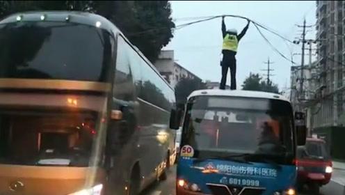 尽职尽责!绵阳交警双手举电缆站车顶疏导交通