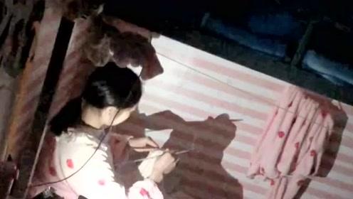 所有人都在睡觉,室友还在为他男朋友织围巾,那个男孩你真幸福!