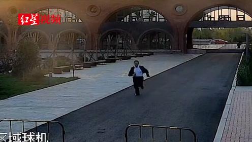 救护车驶进,保安小哥哥风一样的速度跑去挪开护栏  为生命开路