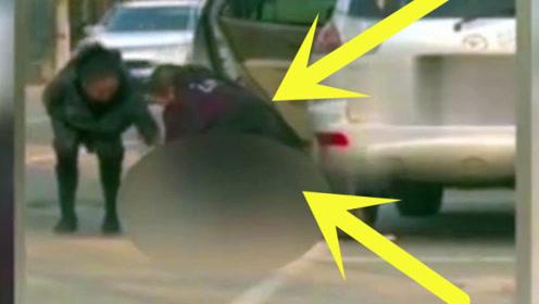 素质何在?男子闹市停车直接脱裤子随地大便,妻子竟在一旁遮挡!