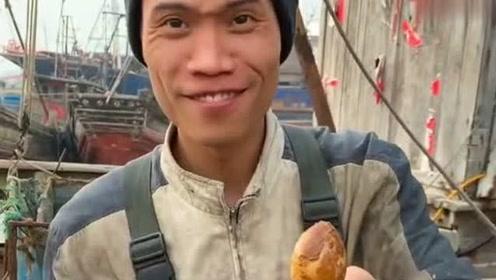 渔民大哥在船上吃八爪鱼,咬一口特别Q弹,网友:羡慕这样的伙食