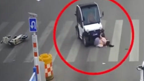 """太猖狂!老年代步车仗着没人管马路横冲直撞,电车女司机瞬间被""""生吞""""!"""