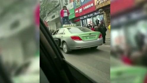 太可怕!山西阳泉一网红马路拦车,站车顶直播被警方带走!