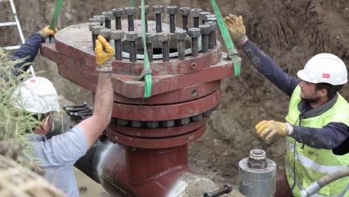 埋在地下的大型自来水管,用特殊机器开个洞,接个分管道插口