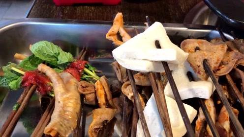 彩云在重庆吃串串火锅:要的鸳鸯锅,看看两个人吃了多少串