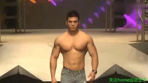 健硕肌肉搭紧身牛仔裤,尽显型男气质,简直魅力四射